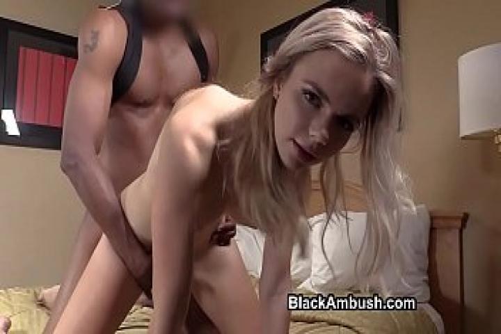 Блондинка тинейджер, попавшая в засаду огромного черного парня