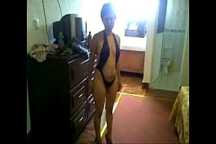 Домашняя сучка позирует и светит пиздой на камеру