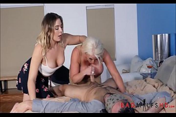 Мама,дочь и её бойфренд замутили горячий секс втроем