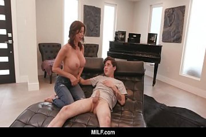 Мамаша Alexis Fawx играет медсестру с молодым жеребцом