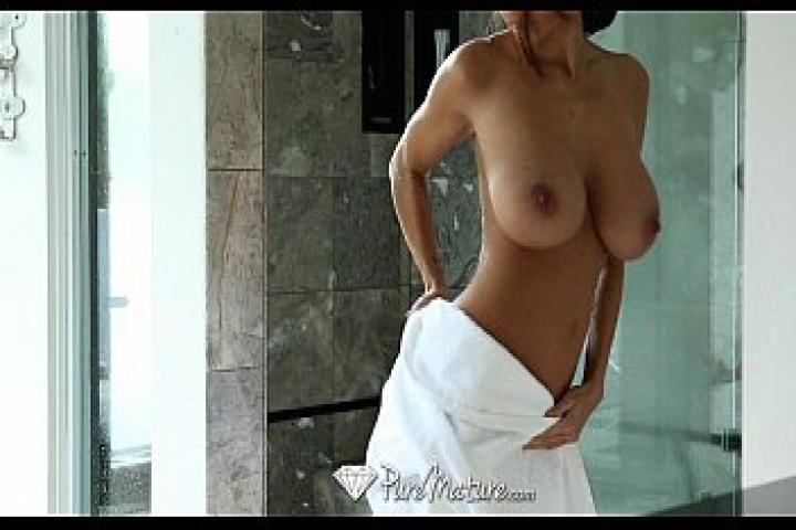 Намыла большие сиськи для страстного секса втроём