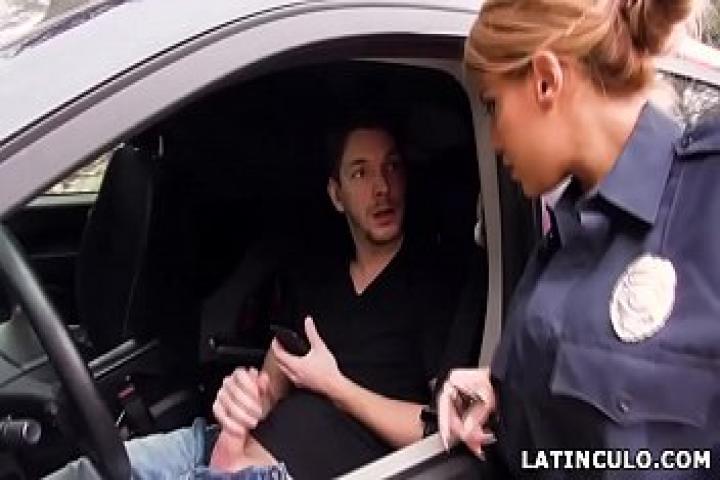 Офицер поймала парня дрочащего в своей машине