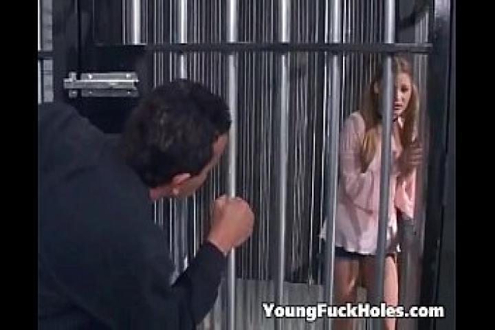 Охранник извращенец выебал в жопу заключённую