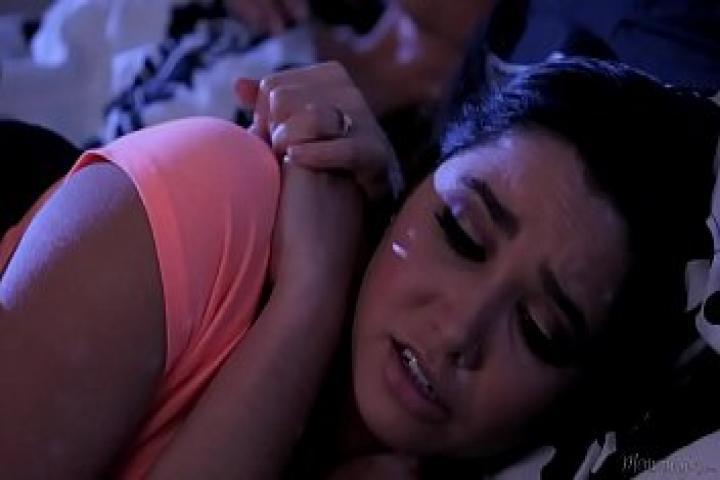 Тётушка уложила спать с собой плямяшку, но её грязные фантазии не давали ей покоя