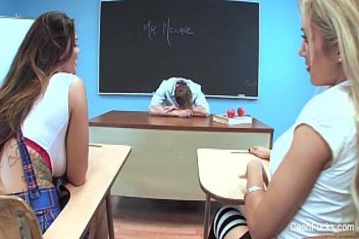 Тройничёк в школьном классе