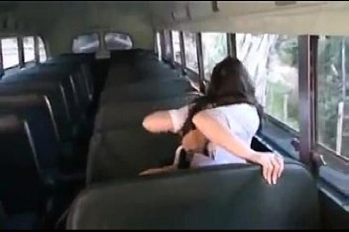Водила жёстко жарит во все дырочки школьницу которая мастурбировала в автобусе